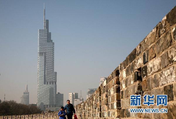 北京第一高楼高330米的国贸三期   2010年8月16日,北京第一高楼国贸三期在夕阳的照射下熠熠发光。   当日,高达330米的国贸三期投入使用,其中的国贸大酒店首先开业。国贸三期工程总投资约8亿美元,与国贸一期、二期一起构成110万平方米的建筑群。国贸三期工程包括超五星级酒店、高档写字楼、国际精品商场、电影院等设施。新华社记者李明放 摄  施工中的上海中心大厦。   位于上海陆家嘴金融区,设计总高度632米、规划中的中国第一高楼上海中心大厦建设稳步推进,其主楼日前建设距地面近百米高度。