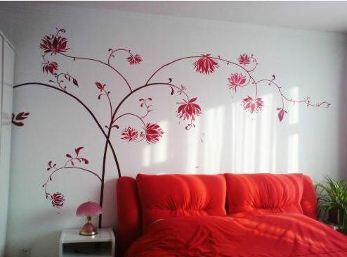 客厅手绘墙,白色的墙面上适合用手绘勾勒出一个色彩斑斓的图案.