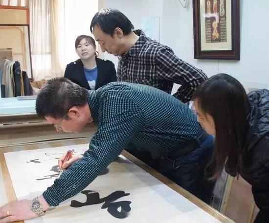 书画装裱材料_传统手工书画装裱该如何传承与创新?_中国城市文化网